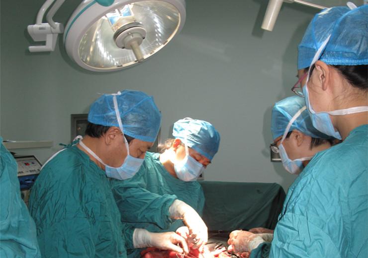 巨大子宫肌瘤成功摘除
